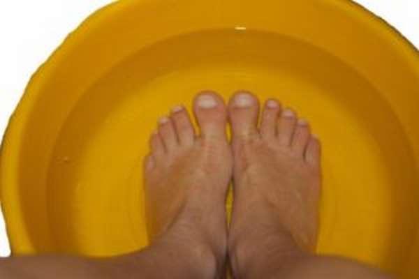 Как правильно и зачем парить ноги при простуде, отзывы