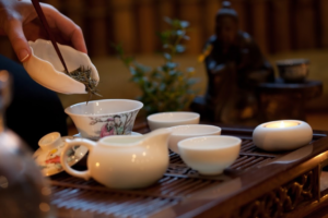 Полезен ли горячий чай, можно ли его пить