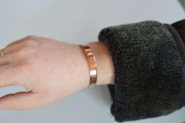 От чего помогает медный браслет, как сделать его своими руками